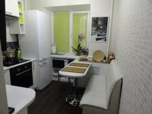 Большой холодильник на маленькой кухне