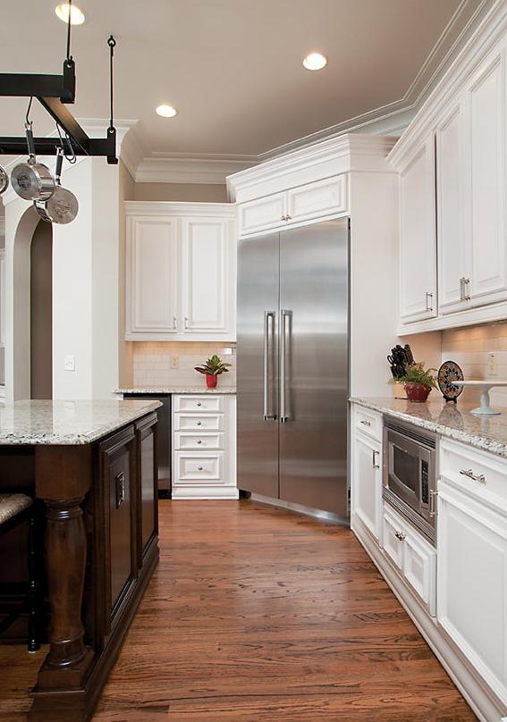 Угловые кухни с холодильником в углу